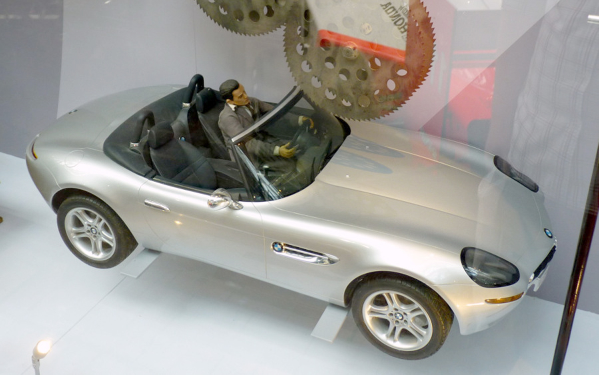 james-bond-bmw-z8-stunt-miniature