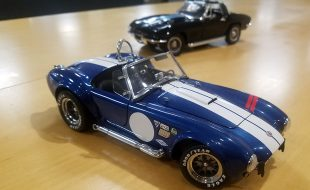 Diecast Head to Head: Kyosho Shelby Cobra 427 S/C vs Auto World 1967 Chevy Corvette L88
